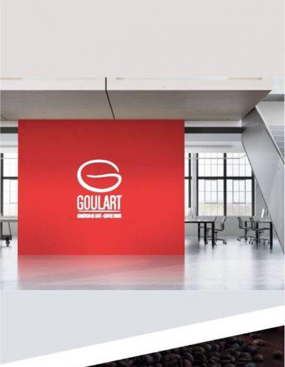 Sala de espera de empresa estilizada com a logomarca em alto relevo na parede