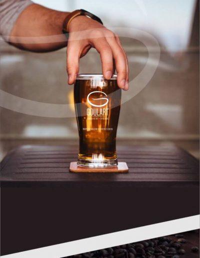 Logomarca de cafeteria impressa em uma taça de vidro